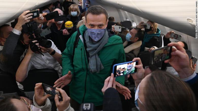 Ông Alexei Navalny trên chuyến bay từ Đức về Nga.