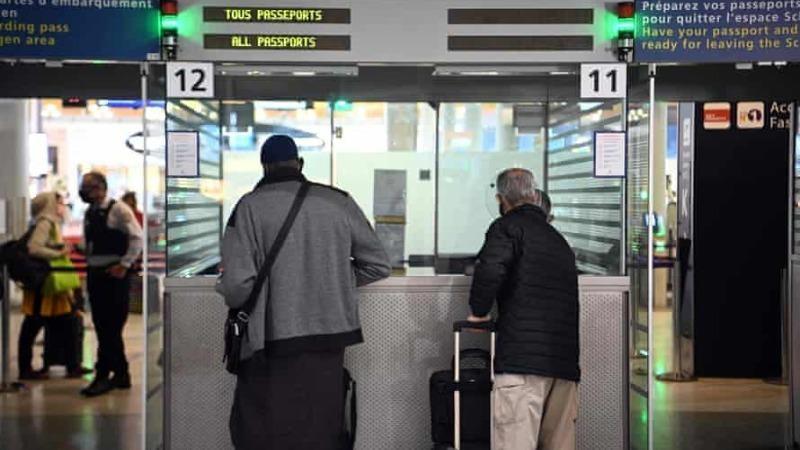 Du khách xuất trình giấy tờ tại sân bay quốc tế Charles de Gaulle (Pháp) vào ngày 1/2/2021. Ảnh: AFP/Getty