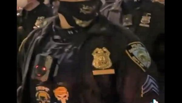 Cảnh sát New York bị kỷ luật vì mặc áo có hình cổ vũ ông Trump
