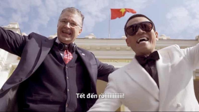 Đại sứ Mỹ tại Việt Nam Daniel Kritenbrink cùng rapper Wowy xuất hiện trong video chúc Tết bằng rap Việt - Ảnh chụp màn hình