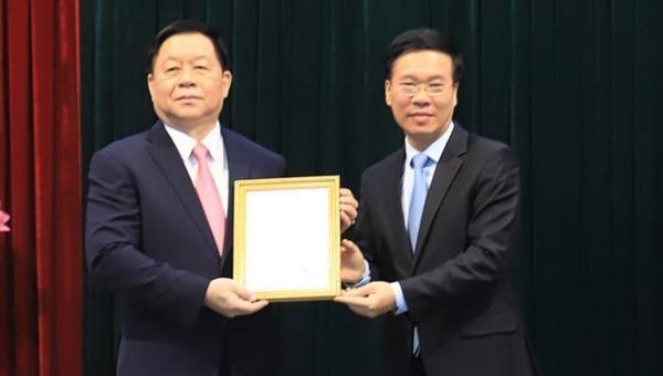 Thường trực Ban Bí thư Võ Văn Thưởng trao quyết định và tặng hoa tân Trưởng Ban Tuyên giáo Trung ương Nguyễn Trọng Nghĩa (trái).