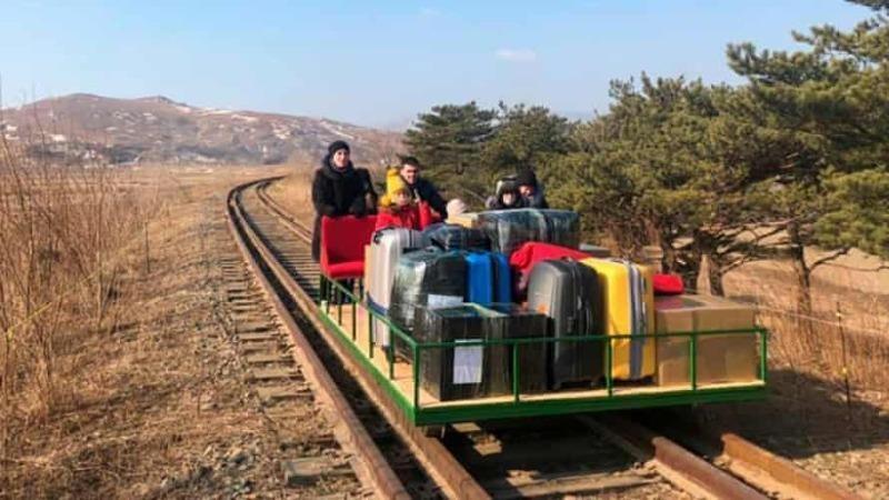 Các nhà ngoại giao Nga đã rời Triều Tiên trên một xe đẩy đường sắt. Ảnh: Bộ Ngoại giao Nga