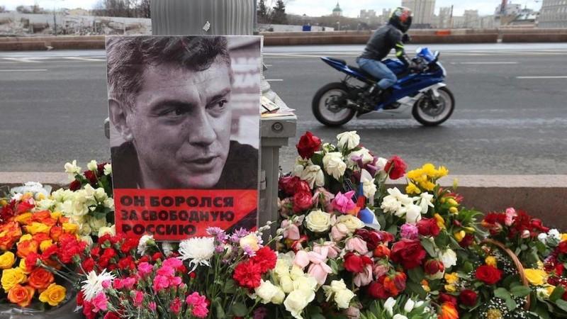 Người ái mộ đặt hoa tưởng niệm ông Boris Nemtsov nơi ông bị bắn chết 6 năm trước.