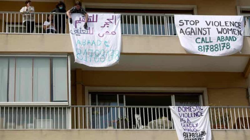 Biểu ngữ trên ban công ở Beirut, Lebanon, phản đối bạo lực gia đình trong chiến dịch có tên #LockdownNotLockup vào tháng 4/2020. Ảnh: Patrick Baz / Abaad / AFP qua Getty