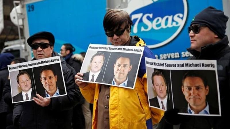 Người dân Canada cầm các tấm áp phích kêu gọi Trung Quốc thả công dân Michael Spavor và Michael Kovrig, ngày 6/3/2019. Ảnh: Reuters