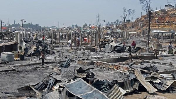 Cảnh đổ nát sau vụ hỏa hoạn tại trại tị nạn ở Ukhia, Bangladesh, ngày 23/3/2021. Ảnh: AFP/TTXVN