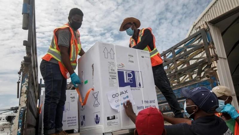 Các thùng vắc-xin AstraZeneca COVID-19 trong sáng kiến COVAX toàn cầu, đã đến sân bay ở Mogadishu, Somalia, ngày 15/3/2021. Ảnh:  AP.