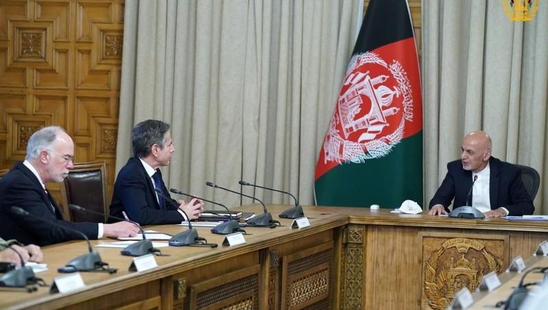 Tổng thống Afghanistan Ashraf Ghani và ngoại trưởng Mỹ Antony Blinken tại Kabul ngày 15/4. Ảnh: Reuters.