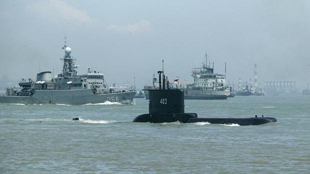 Tàu ngầm KRI Nanggala 402 (giữa) khởi hành từ căn cứ hải quân ở thành phố cảng Surabaya, đảo Java, Indonesia. Ảnh: AFP/TTXVN.
