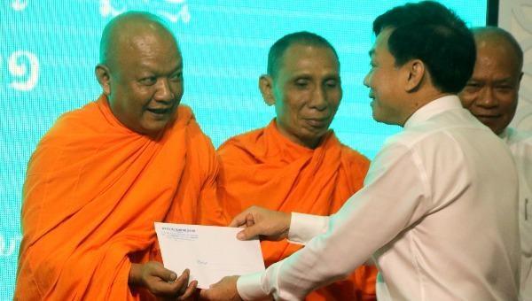 Ông Nguyễn Ngọc Hè, Phó Chủ tịch UBND TP Cần Thơ tặng quà cho các hòa thượng, sư sãi, chức sắc và đồng bào dân tộc Khmer vui đón Tết cổ truyền Chôl Chnăm Thmây.