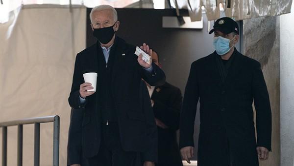 Tổng thống đắc cử Joe Biden vẫy tay chào các phóng viên khi bước ra khỏi nhà hát The Queen vào ngày 18/1/2021, ở Wilmington, Del.