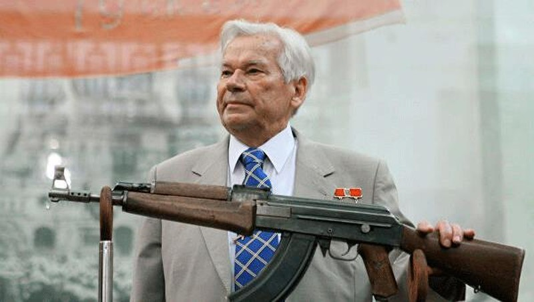 Mikhail Kalashnikov và súng trường AK-47.