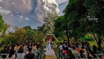 Cặp đôi tổ chức đám cưới gần núi lửa đang phun trào