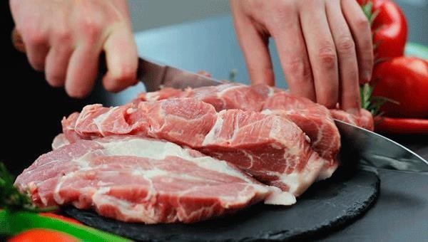 WHO khuyến cáo, người dân cần tuân thủ vệ sinh khi chế biến thức ăn, tuyệt đối không dùng chung dao, thớt chung giữa thực phẩm sống và chín.