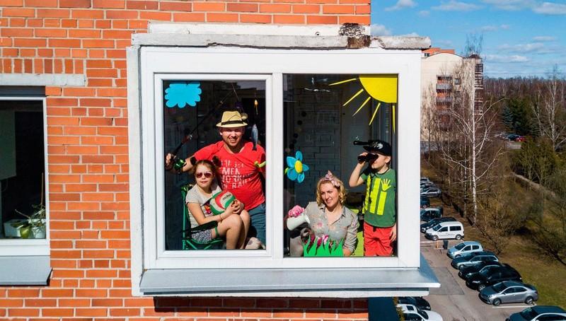 Ấm áp hình ảnh các gia đình cách ly tại nhà ở Bắc Âu