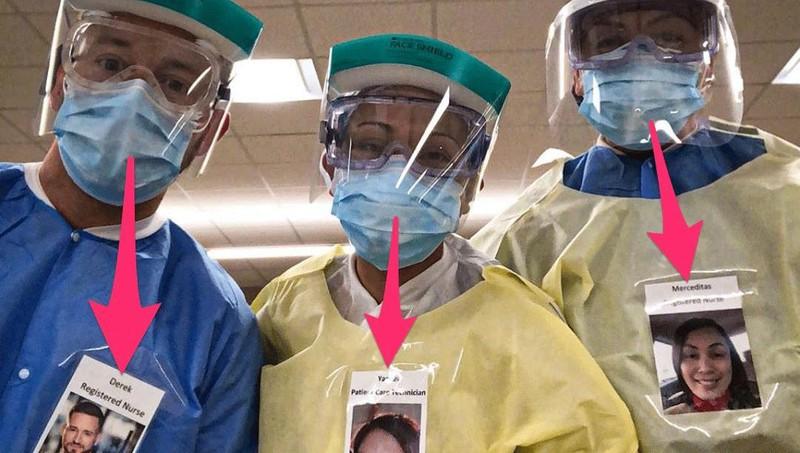 Bác sĩ dán ảnh tươi cười lên trang phụcbảo hộ để truyền năng lượng tích cực cho bệnh nhân giữa mùa dịch