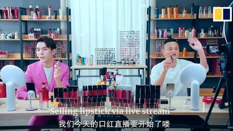 """Tỷ phú Jack Ma (phải) và """"vua son môi"""" Austin Li Jiaqi hợp tác trong một chiến dịch livestream bán hàng năm 2018. Ảnh: Youku."""