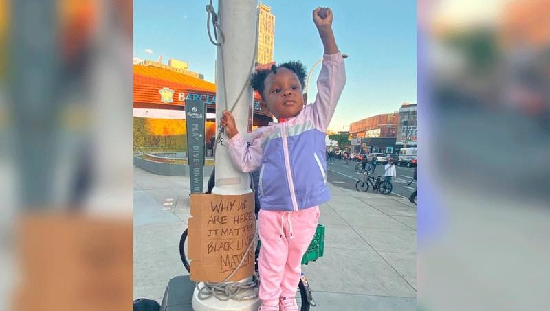 Người phụ nữ giải thích lý do đưa con gái 2 tuổi đi biểu tình đòi bình đẳng cho người da màu