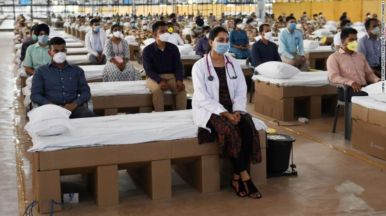 Các chuyên gia y tế và nhân viên y tế trong lễ khánh thành Trung tâm chăm sóc và bệnh viện Sardar Patel COVID tại New Delhi, Ấn Độ, vào ngày 27/6.
