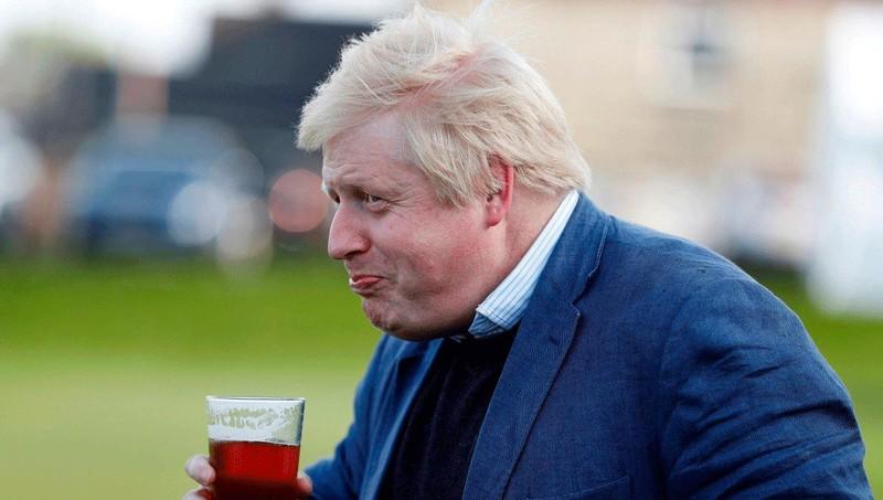 Ông Boris Johnson uống bia vào năm 2016. Ảnh: Reuters.