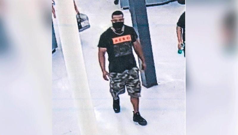 Người đàn ông này được cho là đã ôm người lạ trước khi nói với họ rằng họ đã bị nhiễm Covid-19. Ảnh: Springfield Police Department.