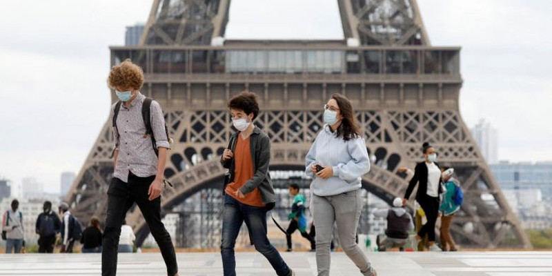 Người dân Pháp đeo khẩu trang khi ra ngoài. Ảnh: France24.