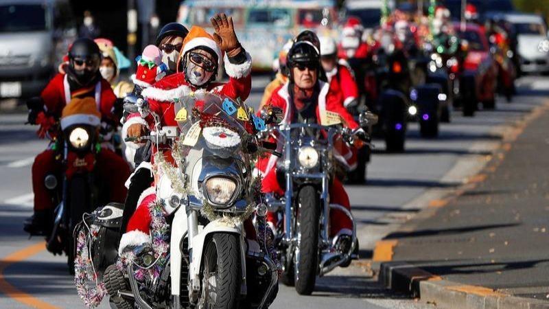 """Những thành viên của câu lạc bộ """"Ông già Noel Harley"""" đã đóng vai những ông già tuyết diễu hành tại thủ đô Tokyo."""