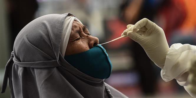 Nhân viên y tế lấy mẫu xét nghiệm Covid-19 cho người dân tại Jakarta, Indonesia ngày 22/12.