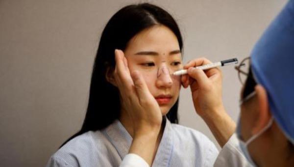 Ryu Han-na phẫu thuật thẩm mỹ mũi tại Viện Thẩm mỹ WooAhIn ở Seoul hôm 17/12/2020. Ảnh: Reuters.