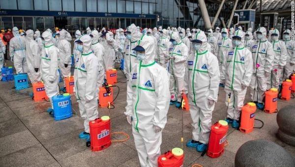 Nhân viên chuẩn bị khử trùng ga xe lửa tại Vũ Hán, ngày 24/3/2020.