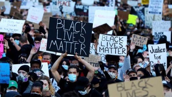 """Người biểu tình mang theo nhiều khẩu hiệu """" Black Lives Matter"""" phản đối nạn phân biệt chủng tộc."""
