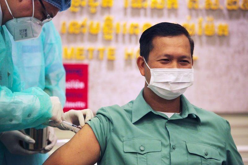 Con trai Thủ tướng Hun Sen tiêm vắc-xin ngừa Covid-19 do Trung Quốc sản xuất