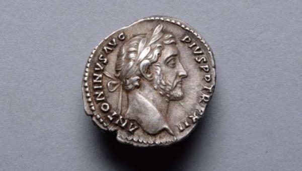 Đồng xu có một mặt in hình đầu của Hoàng đế La Mã Antoninus Pius - người đã trị vì trong những năm 138 - 161 Công nguyên.