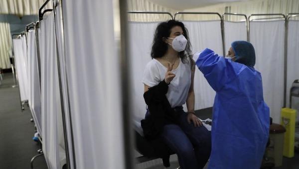 Phụ nữ đang được tiêm vắc-xin Pfizer-BioNTech tại Lebanon vào ngày 16/2. Ảnh: AP.