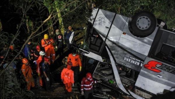 Xe chở học sinh Indonesia lao xuống khe núi, hơn 27 người tử vong