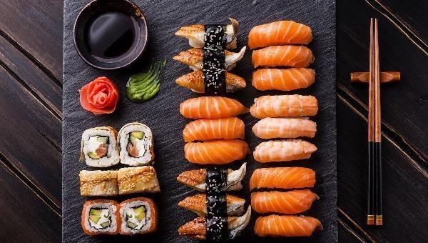 """Hàng trăm người Đài Loan đổi tên thành """"Cá Hồi"""" để được ăn sushi miễn phí"""