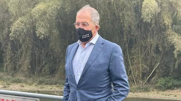 """Ngoại trưởng Nga đeo chiếc khẩu trang màu đen với dòng chữ """"FCKNG QRNTN"""""""