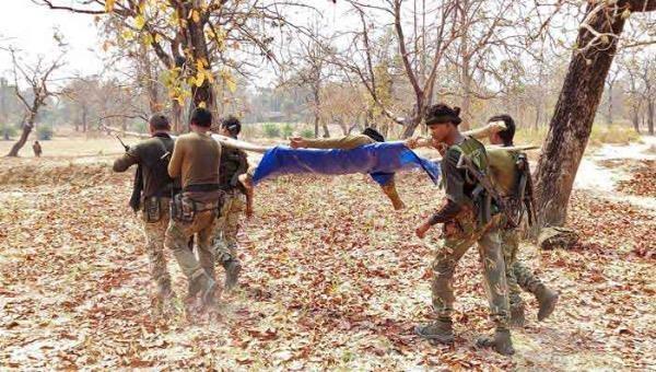 Nhân viên lực lượng an ninh mang thi thể của đồng nghiệp sau một cuộc tấn công của phiến quân Maoist ở Bijapur, Ấn Độ vào ngày 4/4/2021.