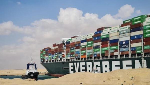 Tàu Ever Given có thể phải dỡ 18.000 container sang tàu khác