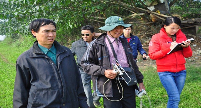 Ông Phạm Đức Quang cùng TS Bằng trong quá trình tìm kiếm