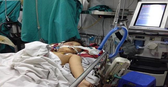 Hình ảnh cháu Đỗ Doãn Lộc tại bệnh viện Việt Đức đang trong tình trạng nguy kịch và khó có thể qua khỏi.