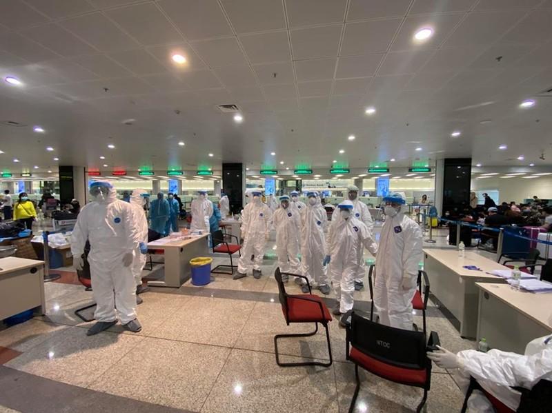 Huy động 90 y, bác sĩ lấy mẫu bệnh phẩm xét nghiệm COVID-19 tại Sân bay Nội Bài