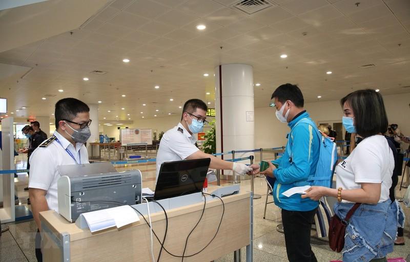 Cảng HKQT Nội Bài thực hiện khai báo y tế cho tất cả hành khách nhập cảnh.