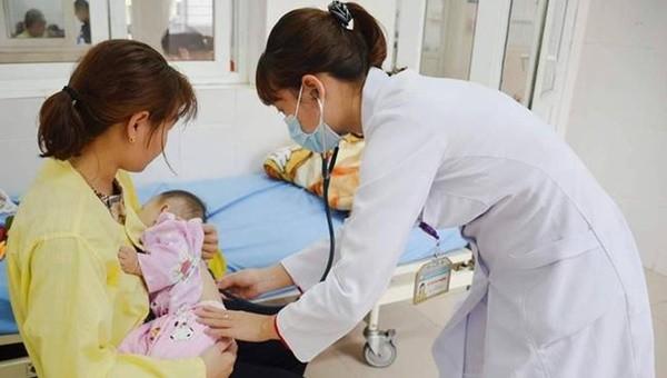 Sợ lây COVID-19, mẹ khiến bé bị viêm phổi nặng