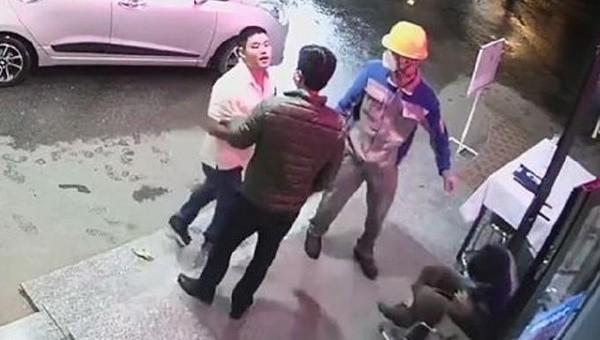 Nhân viên bệnh viện bị đánh khi nhắc nhở đeo khẩu trang