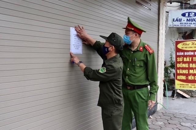Công an Hà Nội thường trực nhiều phố, phạt người vi phạm ngày đầu cách ly xã hội