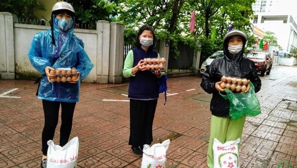 Thưc phẩm hàng ngày được các cấp chính quyền, tổ chức, cá nhân trao cho những hoàn cảnh khó khăn trên địa bàn quận Ba Đình.