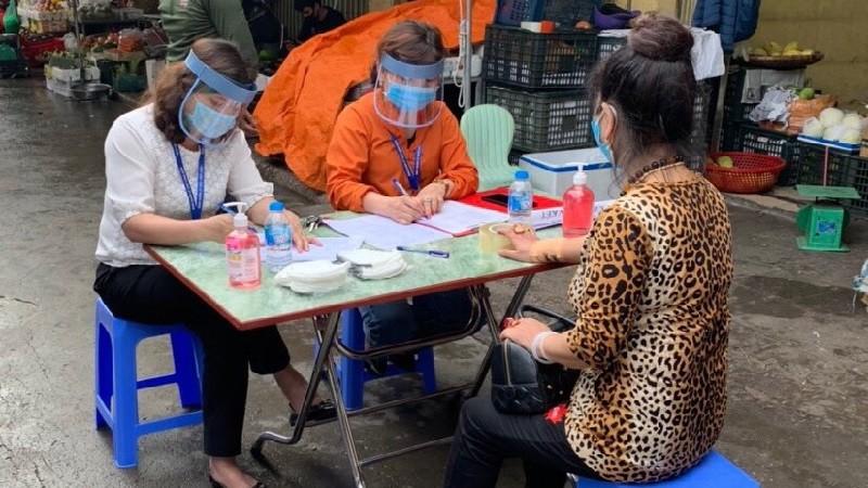 Quận Ba Đình tổ chức xét nghiệm nhanh  Covid-19 cho tiểu thương chợ Long Biên