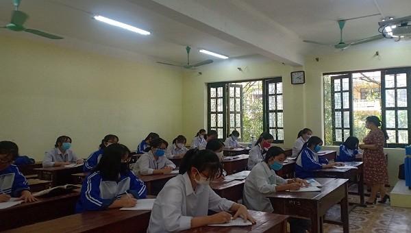 Thuận Thành Bắc Ninh: Lớp học chia làm 2 ca, học sinh ngồi cách nhau 1,5 m