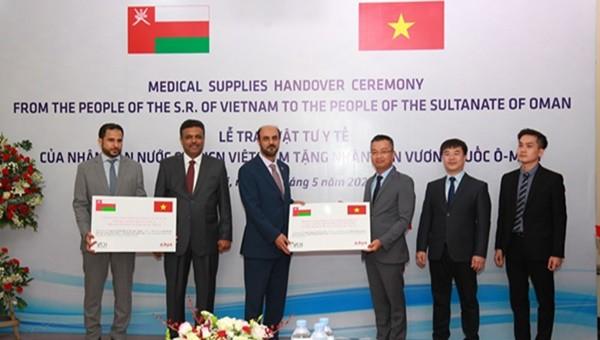 100.000 khẩu trang y tế được trao tặng nhân dân Ô-man phục vụ chống dịch Covid-19
